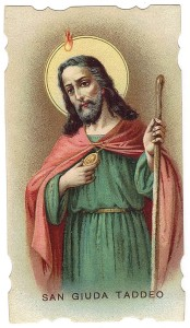 San Giuda Taddeo, nei santini viene raffigurato spesso mentre mostra una piccola immagine di Gesù che porta appesa al collo.