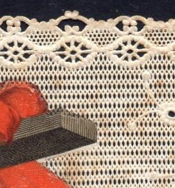 L'intaglio sulla carta avviene meccanicamente, mediante traforatura a punzone. L'immagine è stampata direttamente sullo stesso fondo, senza soluzione di continuità con l'intaglio.