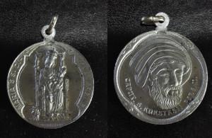 Medaglietta in alluminio. Sul fronte Maria SS. di Montevergine, sul retro la testa di S. Anastasio