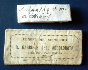 Edempi di due reliquiari in bustina. Il primo di tipo manufatto, il secondo di produzione editoriale