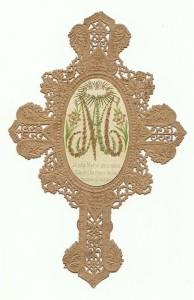 Cromolitografia applicata su croce traforata a punzone. Variante iconografica dei Crocifissi Intagliati